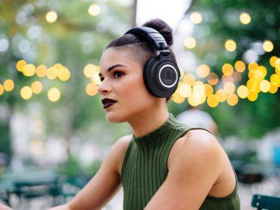 Вистинската причина поради која луѓето носат слушалки, а тоа не е слушањето музика