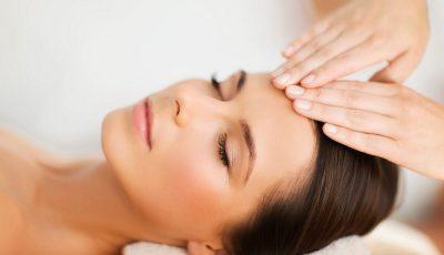 Домашна масажа за лице против брчки