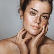 Како да се ослободите од флеките на лицето предизвикани од сонце?