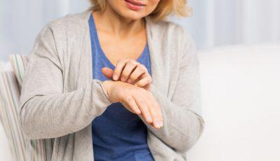 Што значи кога ве чеша левата или десната дланка?