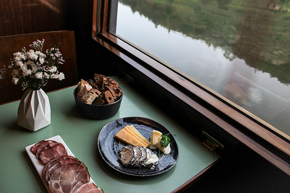 Луксузен кралски воз звучи како идеална идеја за патување од соништата
