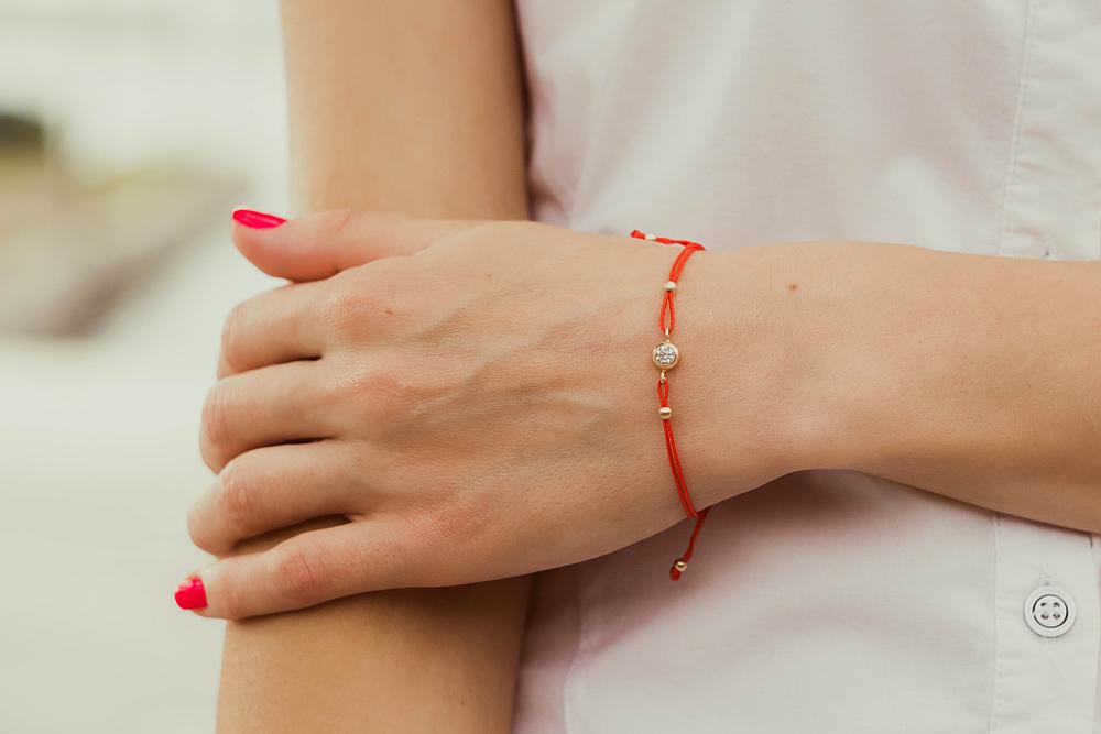 Што значи кога крстените христијани носат црвен конец околу раката?