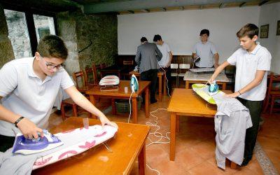 Училиште во Шпанија ги учи момчињата како да пеглаат и шијат