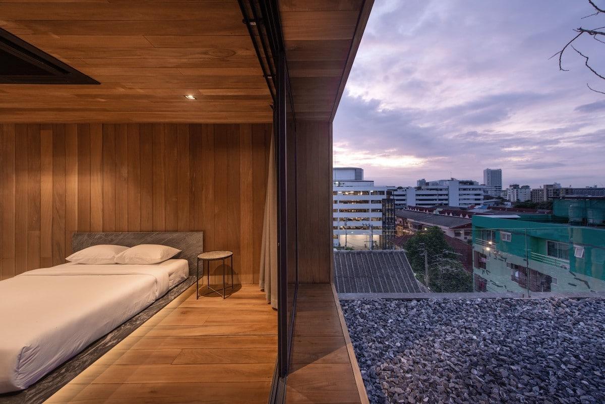Празен покрив на зграда претворен во модерен стаклен дом кој се извива кон небото
