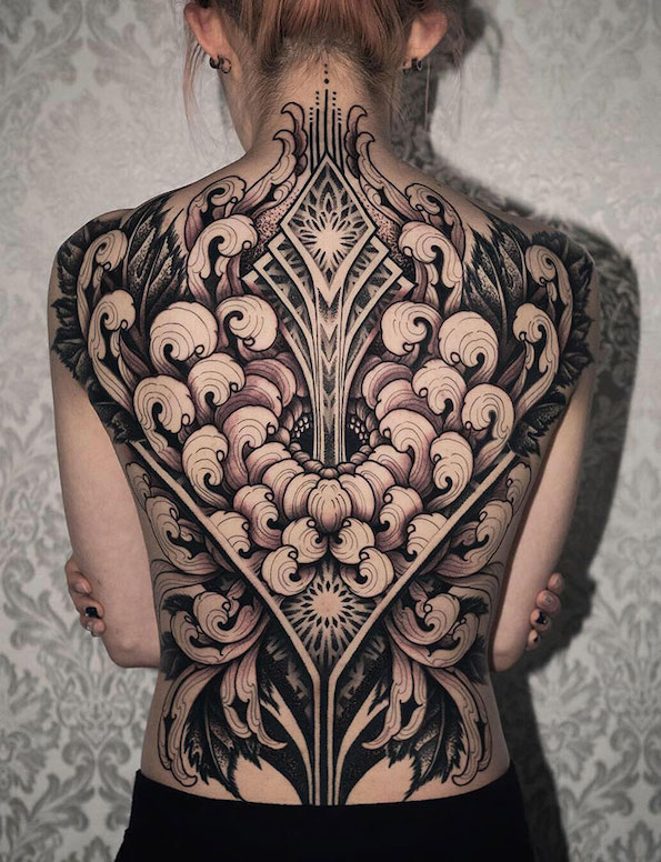 Импресивни тетоважи кои го претвораат цел грб во уметничко платно