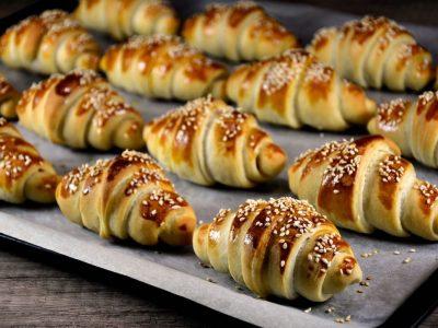 Домашни кифлички со сирење и шунка: Одличен појадок за викенд!