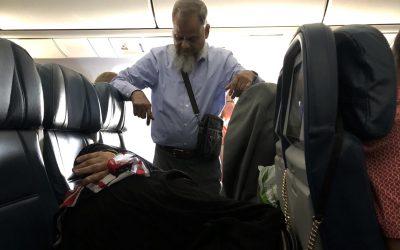 Љубов каква што секоја жена посакува: 6 часа стоел на нога во авион за неговата сопруга да спие