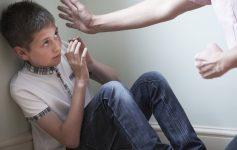 Објаснување од психолог кој го обиколи светот: Што се случува кога мајката го тепа детето?