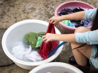 Раствор за длабинско перење на облеката и мебелот кој го враќа нивниот оригинален изглед