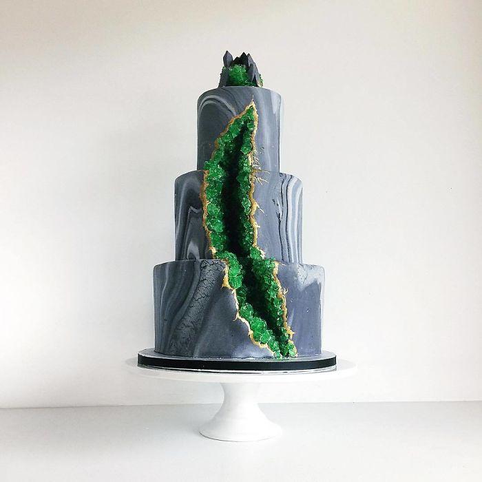 """(10)Талентираната слаткарка Дарси работи во слаткарницата """"Кејк"""" во Канада, која е популарна помеѓу локалните жители по своите уникатни креации на свадбени торти."""