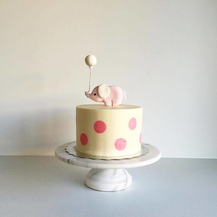 """(9)Талентираната слаткарка Дарси работи во слаткарницата """"Кејк"""" во Канада, која е популарна помеѓу локалните жители по своите уникатни креации на свадбени торти."""