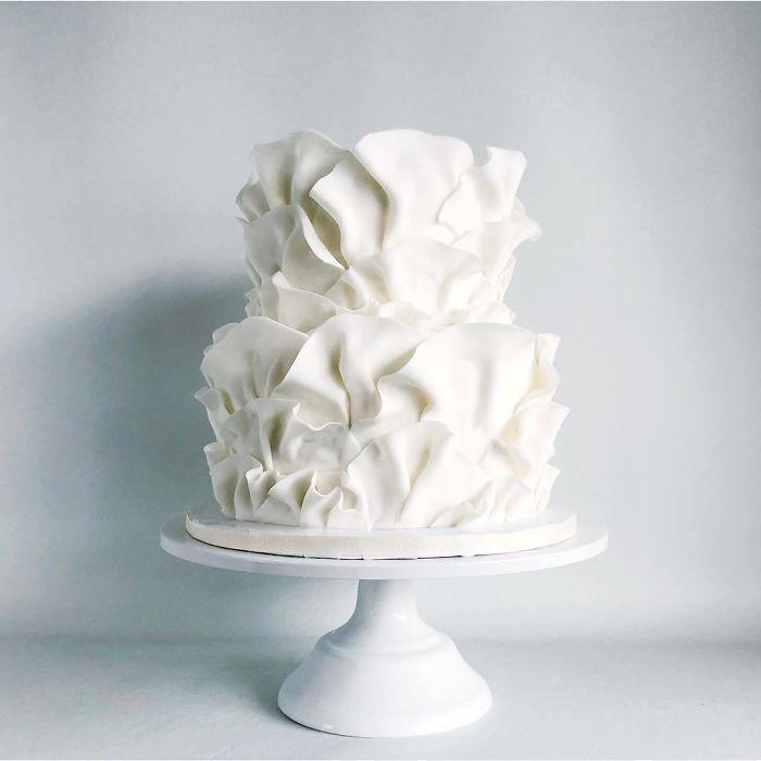 """(7)Талентираната слаткарка Дарси работи во слаткарницата """"Кејк"""" во Канада, која е популарна помеѓу локалните жители по своите уникатни креации на свадбени торти."""