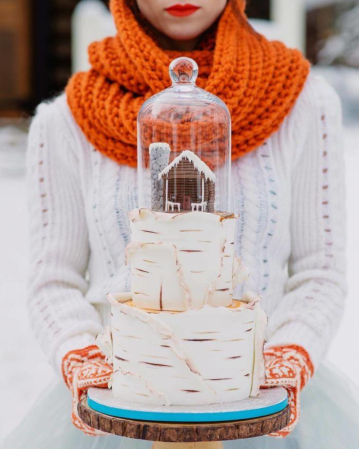 """(6)Талентираната слаткарка Дарси работи во слаткарницата """"Кејк"""" во Канада, која е популарна помеѓу локалните жители по своите уникатни креации на свадбени торти."""