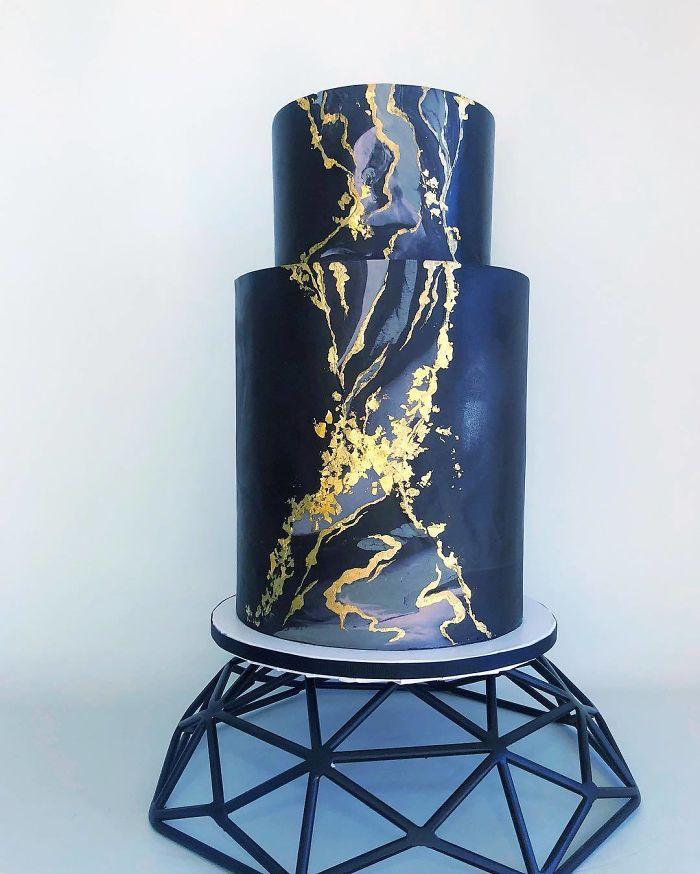 """(5)Талентираната слаткарка Дарси работи во слаткарницата """"Кејк"""" во Канада, која е популарна помеѓу локалните жители по своите уникатни креации на свадбени торти."""