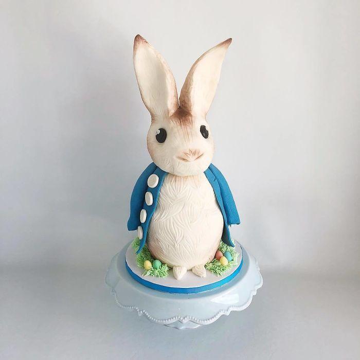 """(2)Талентираната слаткарка Дарси работи во слаткарницата """"Кејк"""" во Канада, која е популарна помеѓу локалните жители по своите уникатни креации на свадбени торти."""