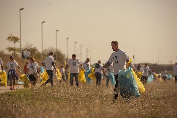 Нова волонтерска еко-акција на Пивара Скопје: Пиварци и пријателите исчистија неколку километри од кејот на Вардар