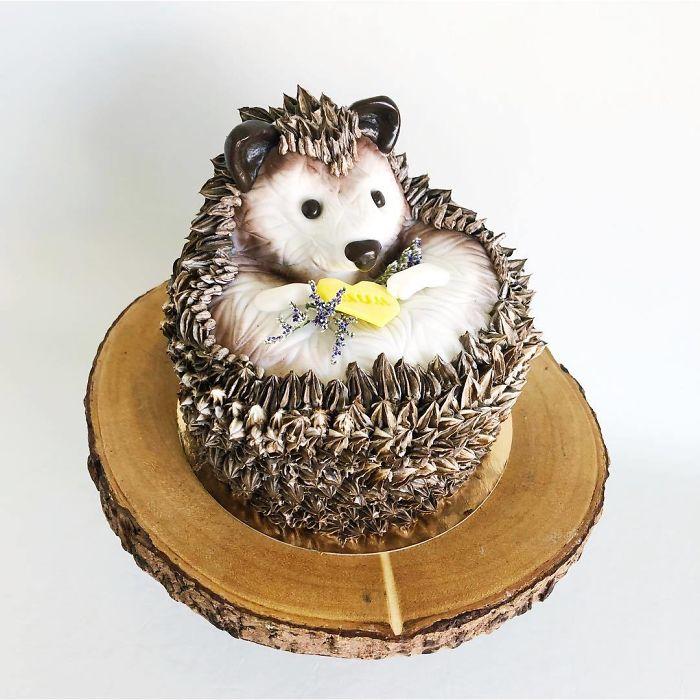 """(16)Талентираната слаткарка Дарси работи во слаткарницата """"Кејк"""" во Канада, која е популарна помеѓу локалните жители по своите уникатни креации на свадбени торти."""