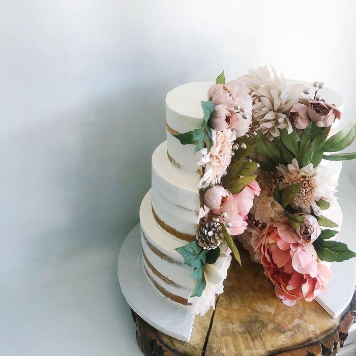 """(12)Талентираната слаткарка Дарси работи во слаткарницата """"Кејк"""" во Канада, која е популарна помеѓу локалните жители по своите уникатни креации на свадбени торти."""
