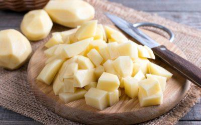 Едноставен трик за да не ви поцрнат компирите