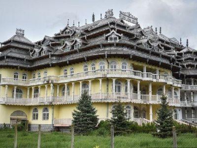 Селото полно со палати во кое речиси сите жители се сиромашни