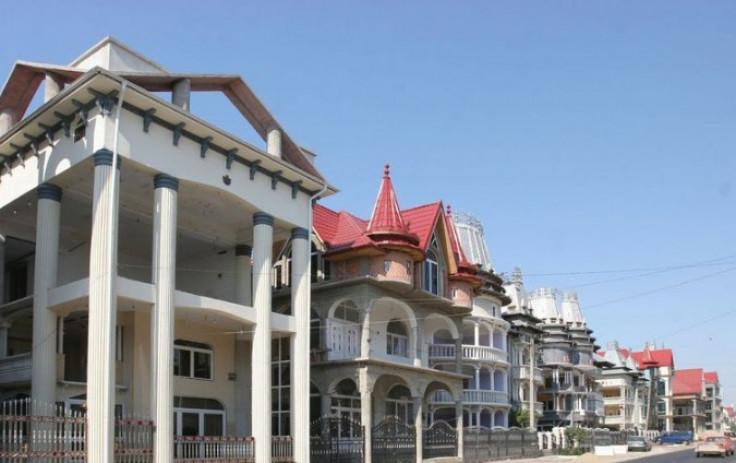 Бузеску има 4.000 жители и десетици палати на главната улица, која веќе станува популарна дестинација за туристите.