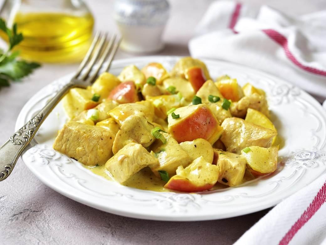 Пилешко со јаболка и кари: Необична и многу вкусна комбинација