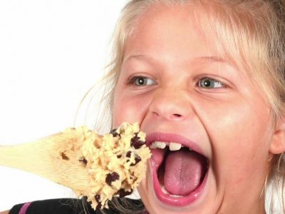 Може ли да ви се слоши ако јадете сирово тесто за колачиња?