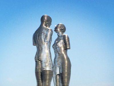 Неверојатната подвижна статуа на Али и Нино ја симболизира трагичната љубов – тие се бакнуваат секојпат кога ќе се разминат