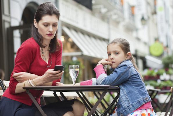 Зошто родителите треба да поминуваат помалку време на нивните паметни телефони?