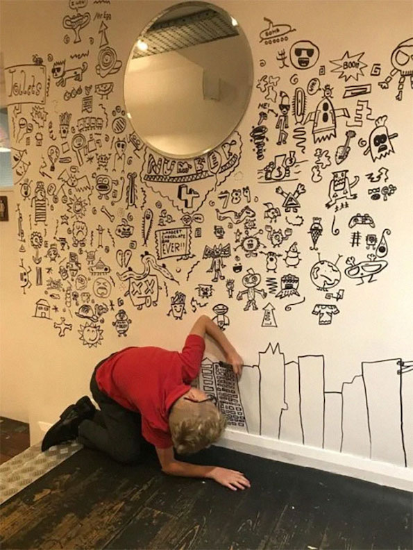 Деветгодишното дете кое правело чкртки на час се вработило како декоратор на ѕидови во ресторан