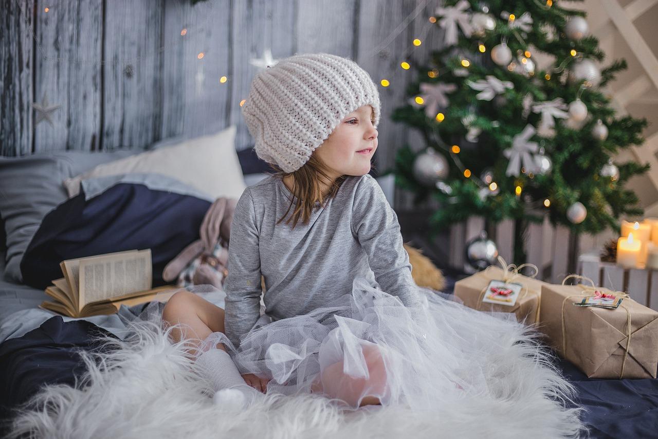 Девојче со зимска шапка и подароци