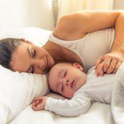 Дали е добро да ги заспивате вашите деца лежејќи покрај нив?