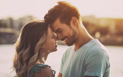 Десет романтични гестови што ќе ја направат вашата врска посилна од кога било