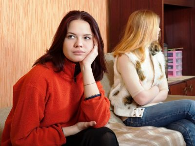 Љубоморната пријателка е полоша од кој било непријател: 4 знаци дека вашето пријателство е токсично