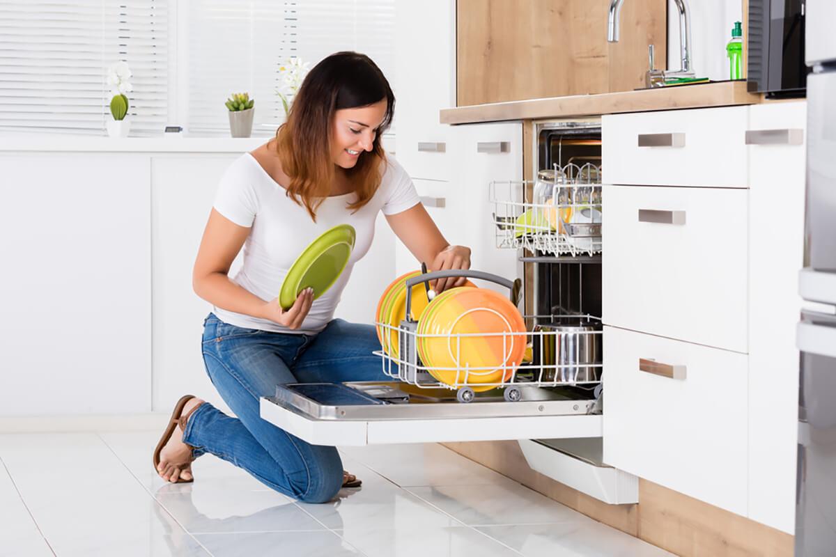 Применете го овој трик при користењето на машината за миење садови за да го спречите насобирањето маснотии