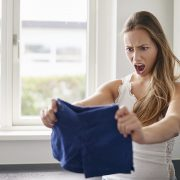 Вашата облека се стеснила при перењето? Еве како да ја раширите на најлесен начин