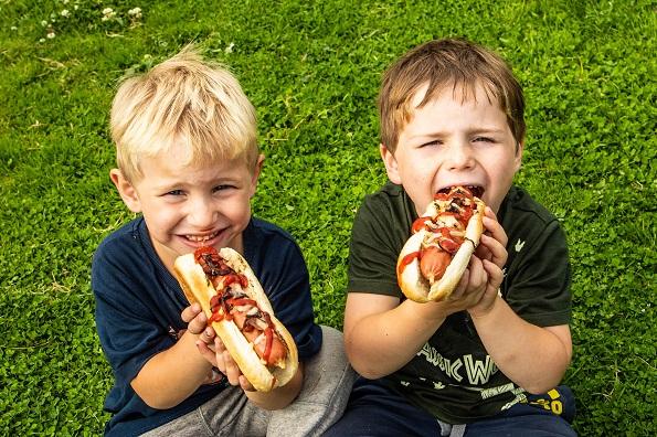 Исхраната на вашите деца е важна: Зошто децата не смеат да јадат колбаси?