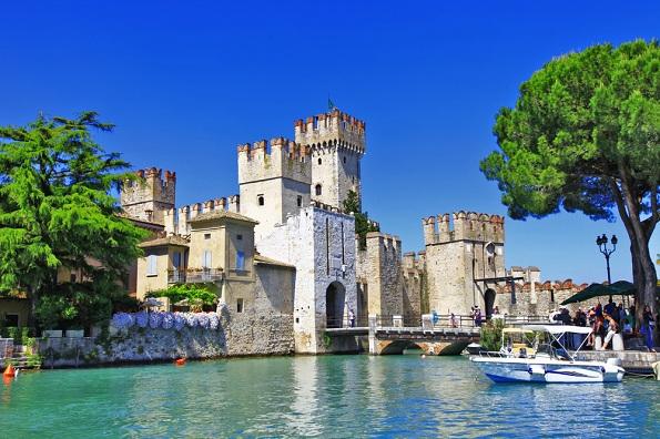 Оваа тврдина е изградена на езеро и е една од најзачуваните во Италија