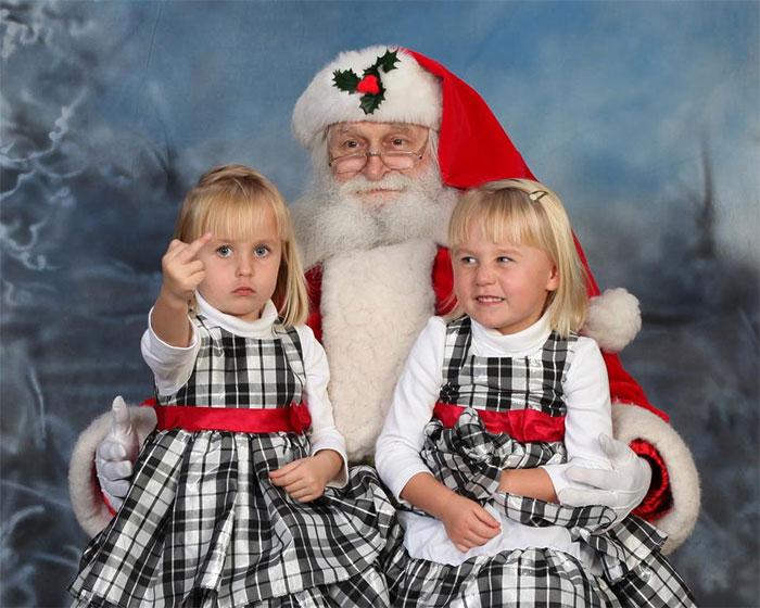 Смешни слики што покажуваат како Дедо Мраз се справува во непредвидливи ситуации