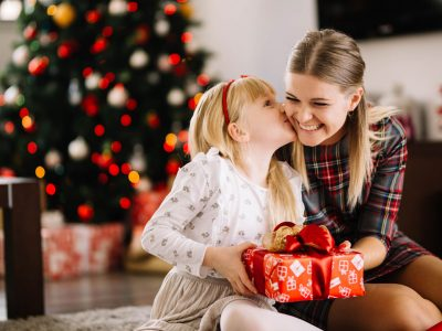 Како да ги научите вашите деца да бидат благодарни за подароците што ги добиваат?