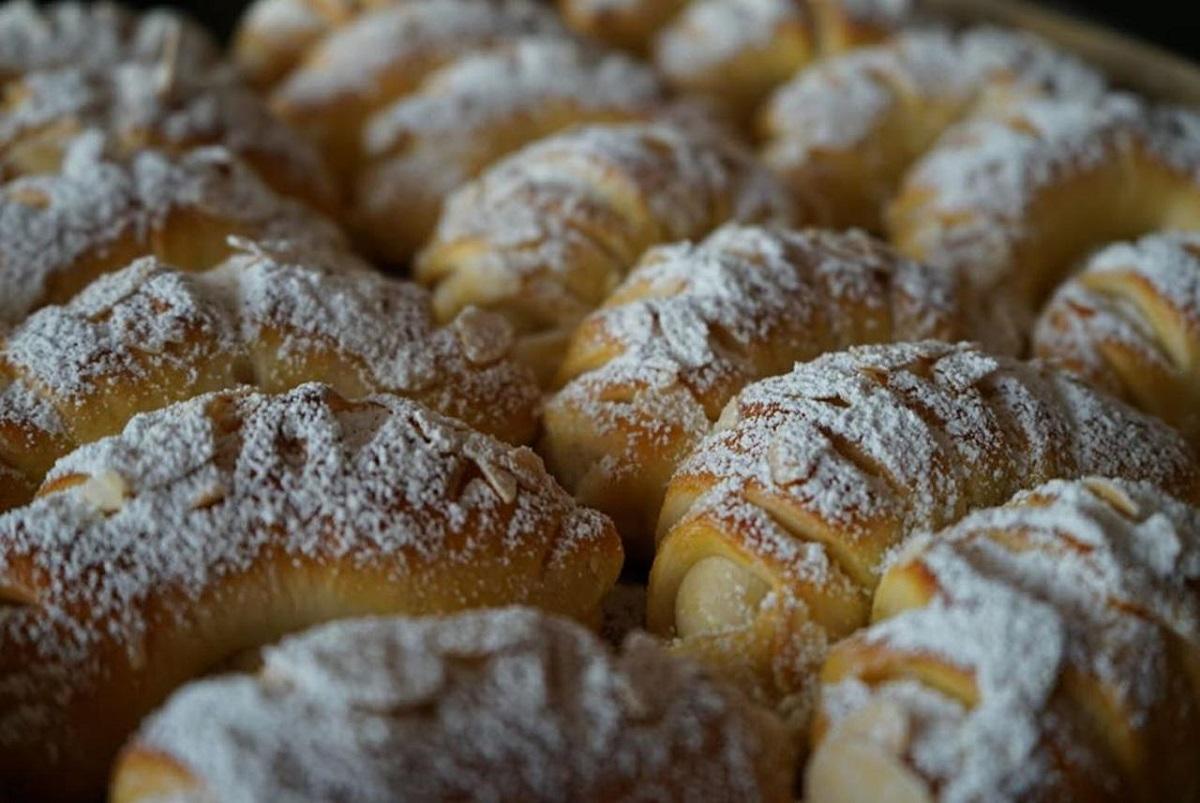 Ммм, преубави се! Кифличките со кора од лимон и пудинг од ванила се вкусни и лесни за правење
