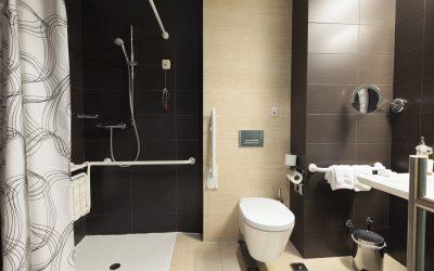 На секој може да му се случи: Намалете го ризикот да се лизнете и да паднете во кадата, под тушот или на плочките
