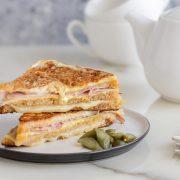 """Топли сендвичи """"Монте Кристо"""", се пржат во тава, а повкусни се од пржени лепчиња"""