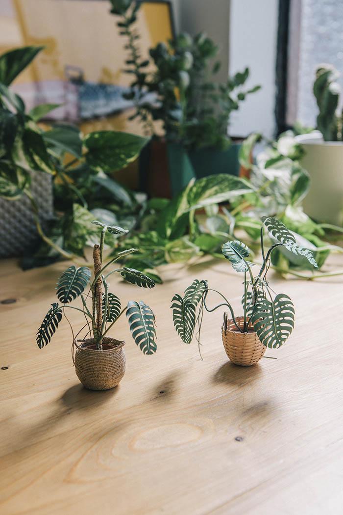 Уметник создава растенија од хартија кои се доволно мали за да може да се држат меѓу прстите