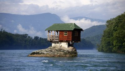 Куќи среде ништо: Колку треба да бидете луди за да го изградите својот дом овде?