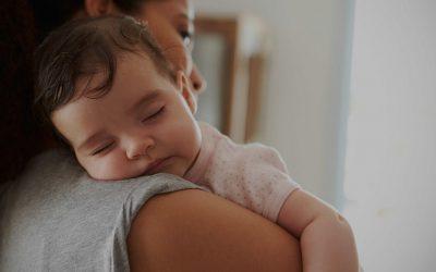 7 мисли што родителите ги имаат додека нивното бебе спие