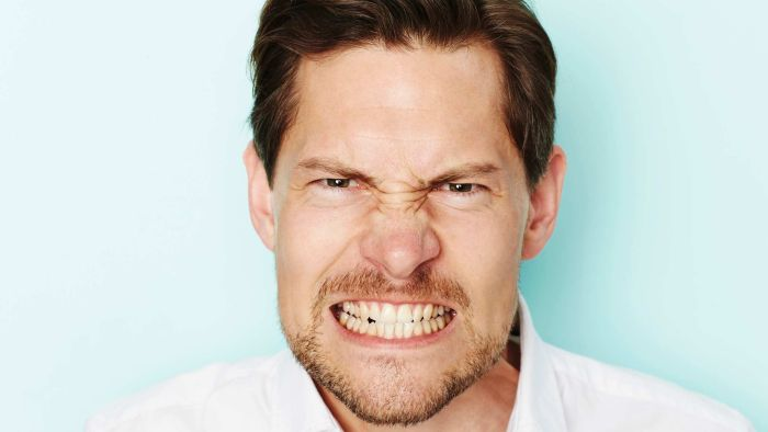 Што значи ако крцкате со забите во текот на ноќта (и како да го запрете тоа)?
