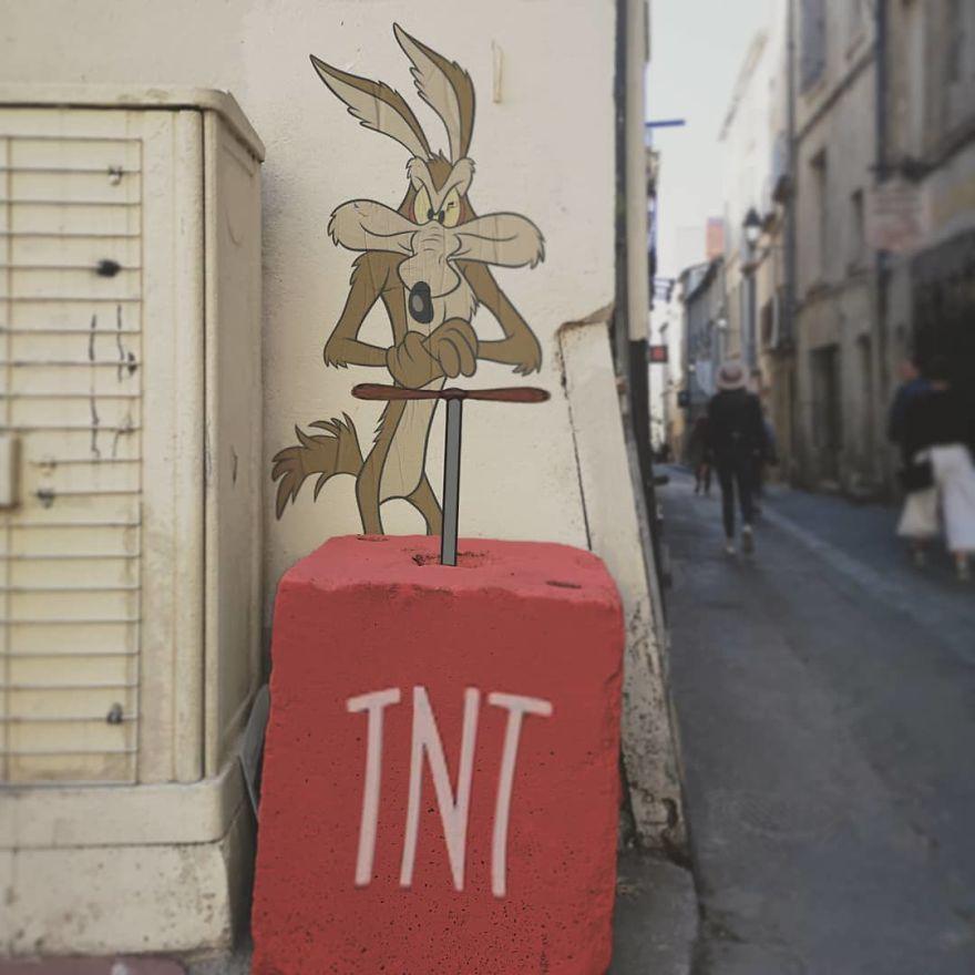 Уметник им додава ликови од цртаните филмови на сивите градови