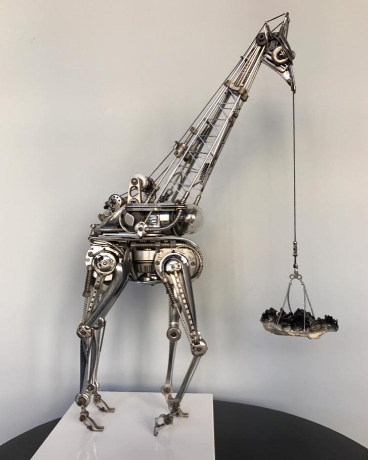Уметник прави скулптури на животни од рециклирано сребро