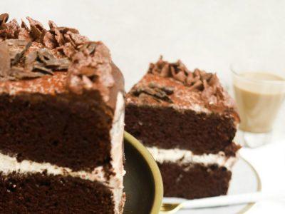 Торта со кафе и кремаст фил готова за половина час